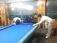 韓国人の遊び方。じゃんけんビリヤード頭当てゲームで卑怯なダウンベスト野郎w