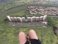パラグライダーで建物の間を高速ですり抜ける動画。斜面とスレスレも怖い。