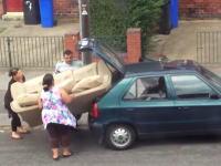 それは無理じゃね?大きなソファーを小さな車に積み込もうと悪戦苦闘する一家