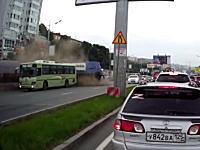 上の段からバスがガードレールを突き破って落ちてくる事故の衝撃映像。浦塩斯徳。