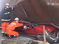 奇跡の生還。トラックの積荷に潰されて完全にぺしゃんこ状態の車内から運転手が救出される。