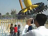 遊園地でアクシデント。係員?が絶叫マシンに跳ねられてしまう事故の映像。