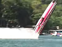 パワーボートが高速走行中に浮き上がってしまったらこうなる動画。大クラッシュ。