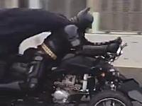 動画キテタ!千葉在住のバットマンが高速道路を走っていた動画。かっけえw