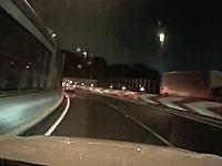 夜の首都高で危機一髪。ブラインドカーブの先に事故りたてほやほやの現場がっ!