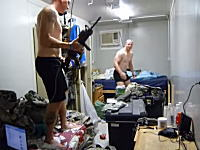 兵士vs虫。強そうな男たちが部屋に現れた一匹の虫の為に必死になってるw