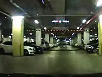 駐車場でヒュンダイ・ソナタが急加速して猛スピードで突っ込む恐ろしい映像が投稿される。