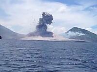 伝わる衝撃波と大きな爆発音!パプアニューギニアで撮影された火山爆発の瞬間。