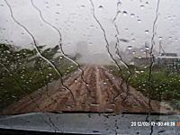 ガレージから出たタイミングで竜巻に襲われてしまった男性のビデオ。車載カメラ。
