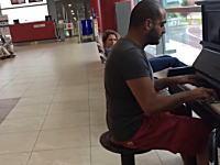 プラハ国際空港には搭乗口の近くにピアノが置いてある!?を演奏した動画が人気に