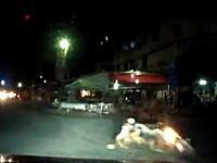 バイクに二人乗りしたひったくり犯が女性の抵抗で転倒。そしてフルボッコへ?