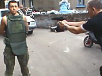 防弾チョッキを着た兵隊さんを拳銃で撃ってみた動画。つか街中で発砲するなw