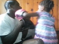 5歳の娘にボクシングを教えていたお父さんがノックアウトされるwww強いww