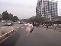 これは当たり屋か自殺か。道路に飛び出して撮影車の前に倒れこむ女性。