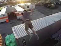 全然たりてないwwwコンテナを飛び移ろうとして激痛い6秒動画。どうなったw