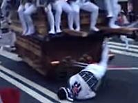 あっぶねえ!泉大津だんじり祭りで地車(だんじり)に轢かれかけた男性。
