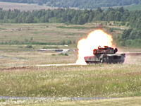 M1エイブラムス。移動する的を標的にした戦車砲の発射訓練の様子。弾がみえる。