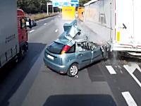 これで生きていたのはどう考えても奇跡。高速道路の出口渋滞に突っ込んだ車。