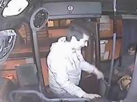 運転手GJ!バスで強盗発生⇒失敗⇒ドア閉める⇒通報しつつ棍棒でどつく