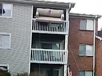 絶対やらかすと思ったのに。3階の部屋から大きなソファーを降ろす方法がw