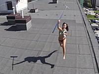 空撮しようとドローンを飛ばしたら屋上に日焼け中のトップレスギャルがいたw