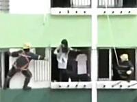 なんだこれwww自殺しようとする女性を助ける動画にそれを楽しむ隣人の姿がww