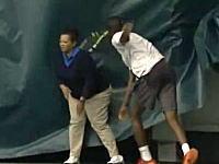 テニスで珍しい失格映像。イラついて投げたラケットが線審に当たり失格に。