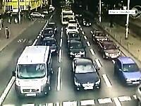 信号停止の車列にバスがノーブレーキで突っ込んだ事故の映像が怖い怖すぎ。