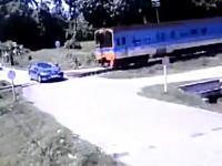 跡形もない。遮断機が下りた踏み切りに進入した車が電車と衝突して2名が即死。