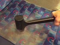 電車の座席はこんなにも汚い?検証した動画が某板で人気になっているらしい。