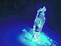 ド派手。ナイトスキーを楽しむために自らが発光体となったスキーヤーのビデオ。