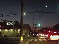 隕石か!?3日午後日本各地で尾を引く隕石のような物体が目撃される。