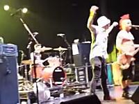 ブチギレたボーカル。ステージに乱入してきたファンをボコるwww