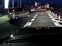 店舗から出てきた勢いのまま車線変更してくる軽バンと衝突したドライブレコーダー