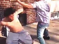 これは卑怯www喧嘩で負けていた方が形勢逆転を狙った奇策にでた動画www