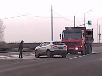 このギリギリっぷり。これが奇跡か。大型ダンプと左折車の交通事故に歩行者がっ