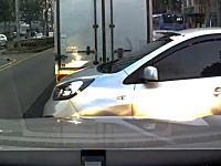 諦めて待つべき。渋滞中の車列の隙間から無理やり頭を出した車がドーン事故。