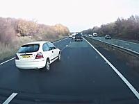 うおおおwこいつの運転むちゃくちゃすぎるw高速で事故って一回転したのにw