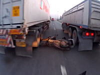 奇跡的に死を免れたスクーター。もう少しでトラックに頭を潰される所だった
