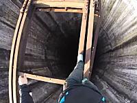 廃墟の煙突。高さ280メートルの煙突に登ってさらに穴の真上をあるく男