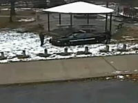 アメリカでエアガンを持った黒人少年を警察が射殺。その時の映像が公開される。