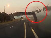 事故ったオープンカーから乗員がピョーン!と投げ出される瞬間が撮影される