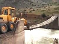 うわこれ怖いわ。そこしか渡る所なかったの?ボロそうな橋を渡る重そうなトラクター