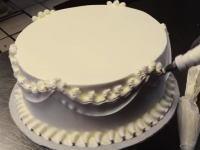 花びらの作り方に感動。ウェディングケーキのデコレーションをわずか数分で完成させる職人技。