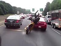 高速道路すり抜けライダーが車線変更してきた車に突っ込んでしまう瞬間を真後ろから撮影