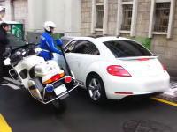 韓国の白バイ警官が強いwwwと人気になっている動画。逃走を図る車に警棒だけで猛追する。