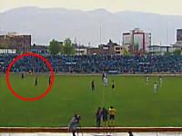 サッカーの試合中に雷に打たれてしまった選手。パッ!と光ると同時にズガーン!煙が・・・。