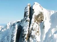 ぎゃああ狭い!絶壁スキーヤーが山にできた超狭い割れ目をスキーで滑りおりる