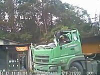 道路脇ボロ屋vs三菱ふそうスーパーグレートで運転手が死にかけたギリギリビデオ。