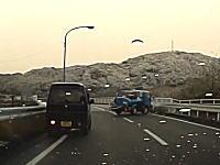 徳島でバキュームカーがガードレールに衝突してしまう瞬間。中身が出なくてよかったなwww